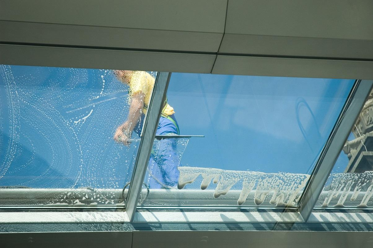Jak wykonywane jest alpinistyczne mycie okien?